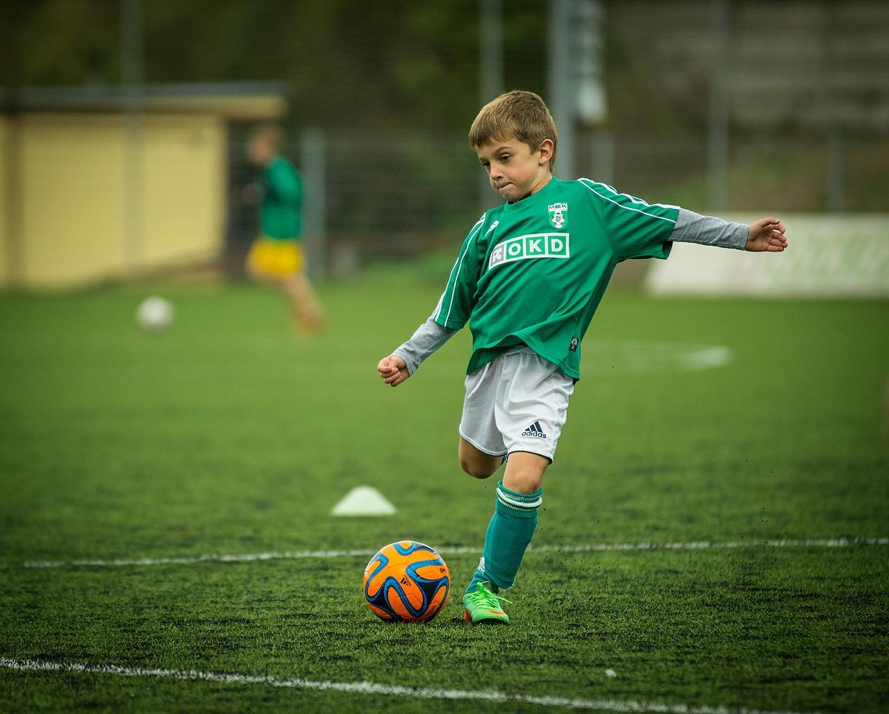 サッカーをしているオスグット少年